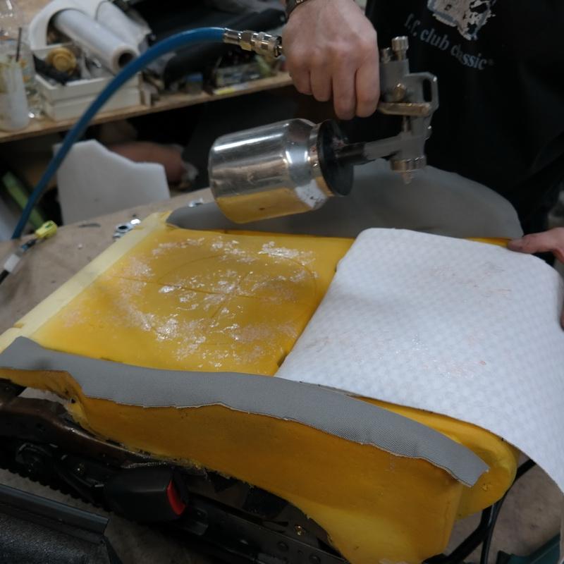 A karbon ülésfűtés textil hordozóját speciális rugalmas ragasztóval az ülésszivacshoz ragasztjuk