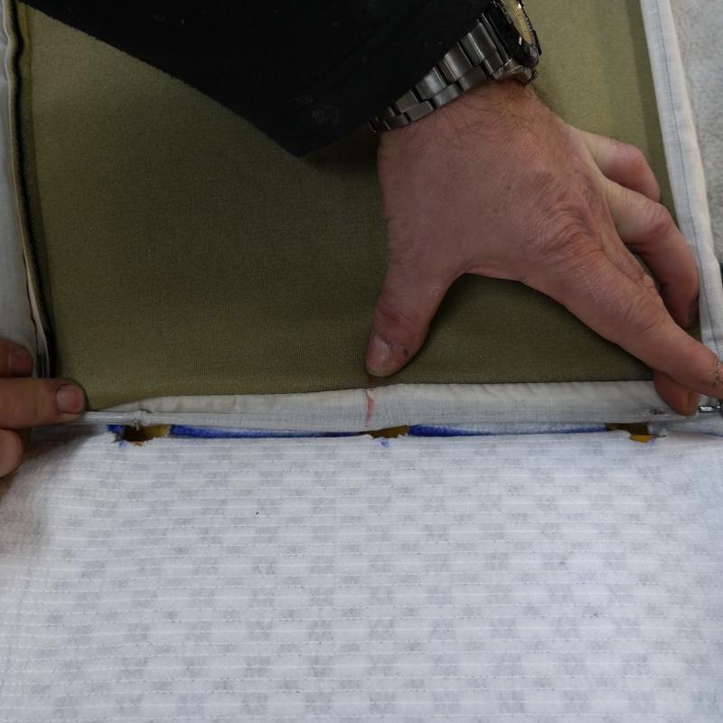 Az üléshuzatot kapcsokkal rögzítjük az ülésfűtés kivágott részein keresztük a rögzítőhelyekre