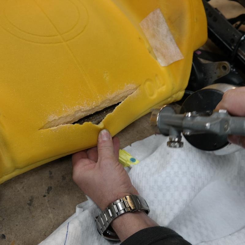 A szakadás felületeire felhordjuk a speciális, rugalmas ragasztót