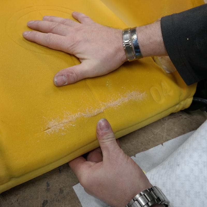 Összeillesztjük a ragasztóval bevont szivacs felületeket